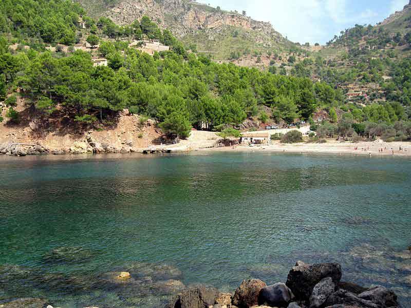 Vista de la Playa virgen de Cala Tuent y su embarcadero